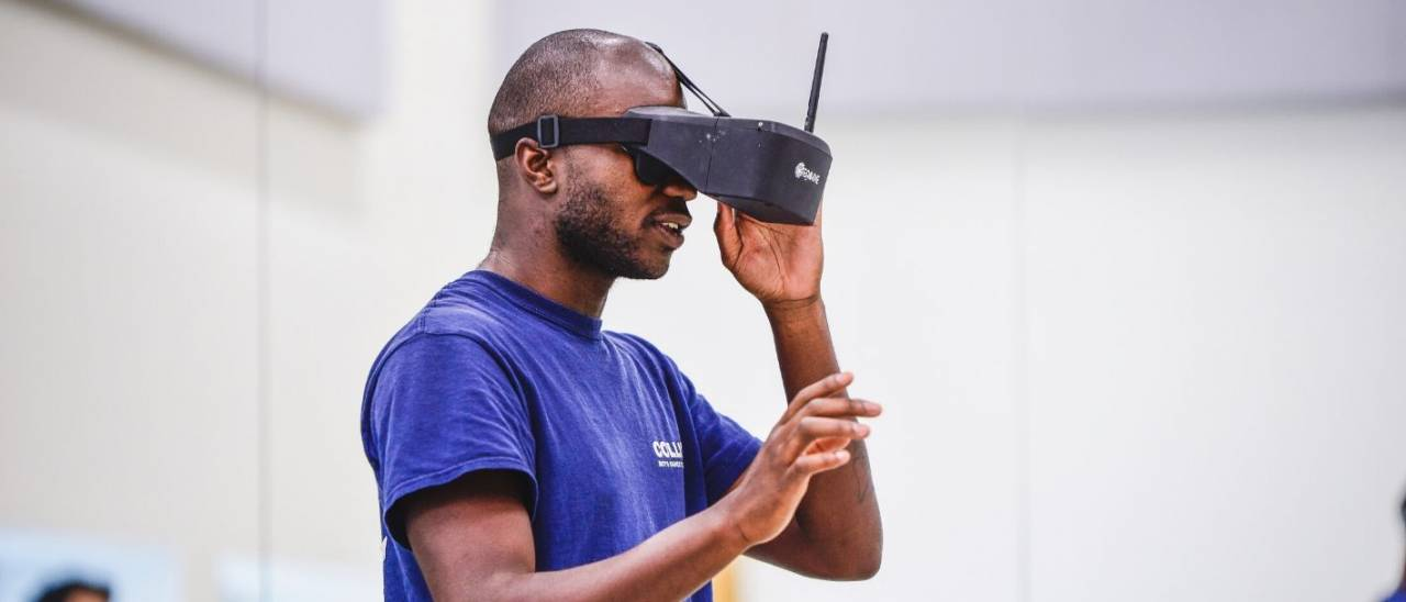 Folu wearing a VR headset